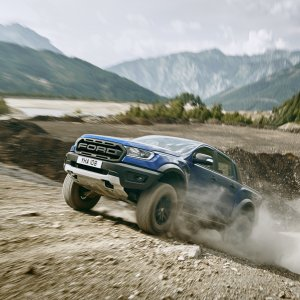 2018_FORD_RANGER_RAPTOR_WILDTRAK_Shot22_34FrontClimbDynamic_04.jpg